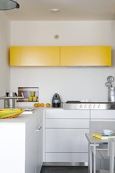 De simpele witte keuken in mijn eigen huis. Tijdloos en mooi, maar hij wordt pas bijzonder met een accent in een gewaagde kleur, zoals het felgeel van dit zonnige bovenkastje. Photography by Jansje Klazinga JKF®