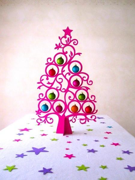 Dieser wunderschöne Weihnachtsbaum besteht aus 2 Teilen, die ineiandergesteckt werden müssen. Die 10 bunten Weihnachtskugeln aus Glas sind dabei. Der