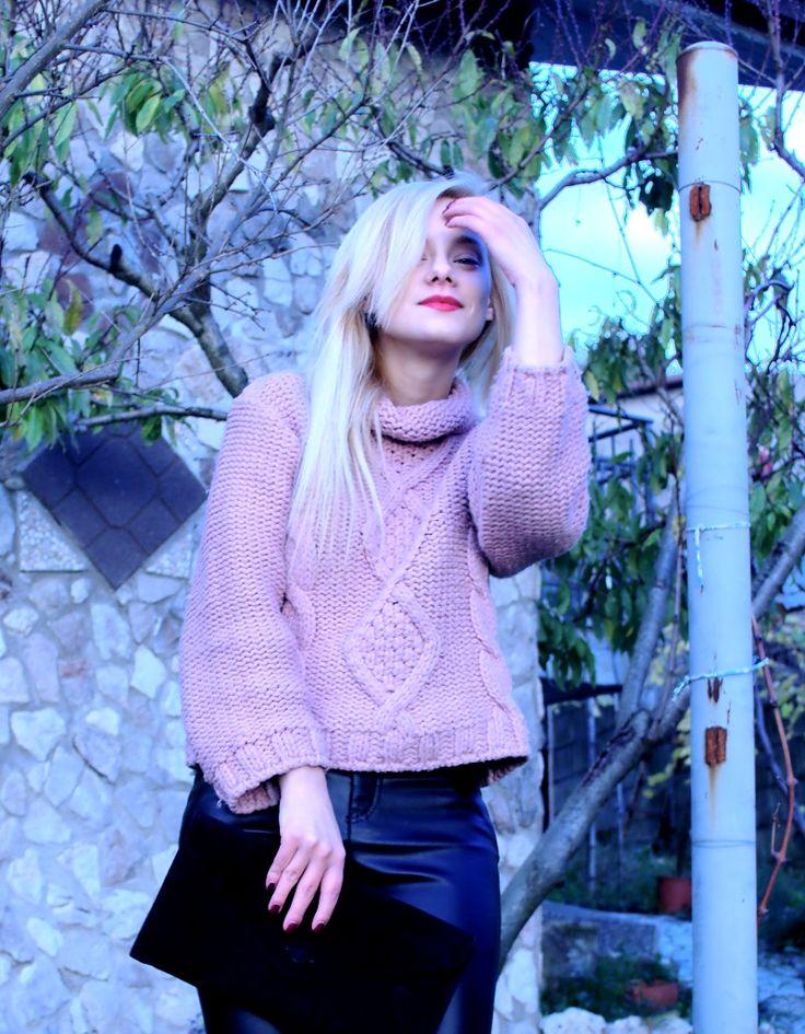 Un maglione rosa caldissimo per un outfit semplice e comodo adatto a queste temperature polari.