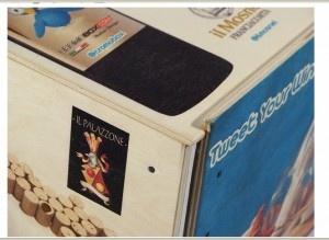 Cromobox è una linea di contenitori in legno personalizzabili mediante un processo decorativo brevettato a livello Internazionale. Esso permette di decorare, parzialmente o integralmente, la superficie delle confezioni in legno, partendo da una immagine digitale, sia essa una fotografia o un logo vettoriale.  Particolare della confezione realizzata per l'iniziativa @tweetyourwines, che coinvolge numerose aziende vinicole su Twitter.