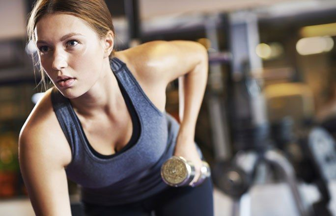 Trizeps-Drücken - 6 einfache, schnelle Übungen für straffe Oberarme - jetzt auf gofeminin.de  http://www.gofeminin.de/sport/arme-trainieren-d60165c671819.html