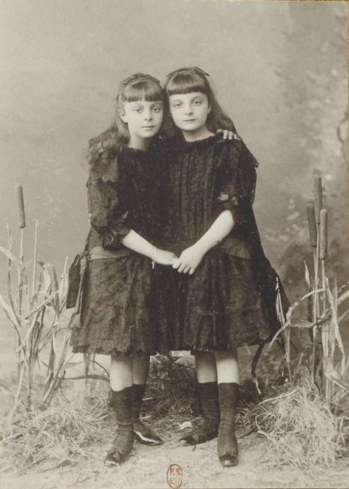 oorequiemoo:  Anna de Noailles et sa soeur Hélène, enlacées, se tenant la main. (à droite, âgée de huit ans) Photographe: Otto (1849-1924) Paris, 1884