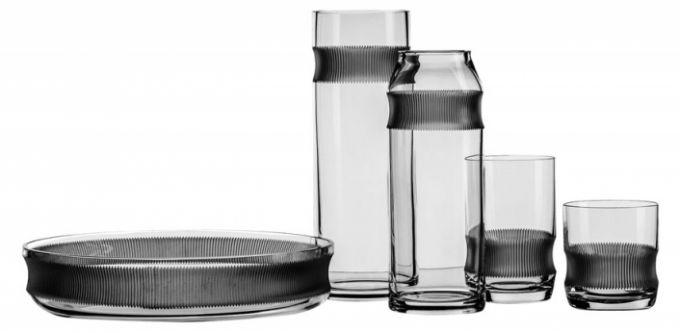 Kolekce U od Jakuba Pollága z broušeného skla, mísa O 25,6 cm, cena 1 500 Kč, sklenice, váza a karafa 1 000 Kč/ks, k dostání v Qubus + Bomma, Rámová 3, Praha 1