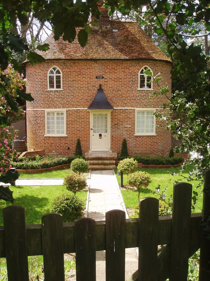 Tea Caddy Cottage, Higham Somerset England - Tea Caddy Cottage is a true romantic 'Fairytale' cottage just oozing charm and character, on a tiny country lane half a mile from the village of Higham.