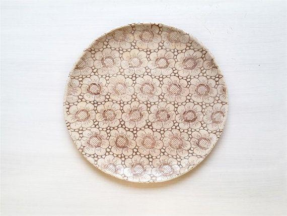 Diese rustikale beige Keramik Schale mit Blumen -Muster wurde von Spitze Dekor inspiriert.  Die Schale ist perfekt geeignet für Interior-Dekoration als Tisch-Schale oder als Wand Skulptur. ( Die Schale kann auch einen Haken an der Rückseite bekommen, damit sie an der Wand befestigt werden könnte).  Die Schale ist aufgrund der Glasur ein Blickfang im Raum und verleiht dem Interior eine herzliche Wärme mit einzigartigen Charme. Die Schale ist auch geeignet ein tolles Geschenk zur Hochzeit, zum…