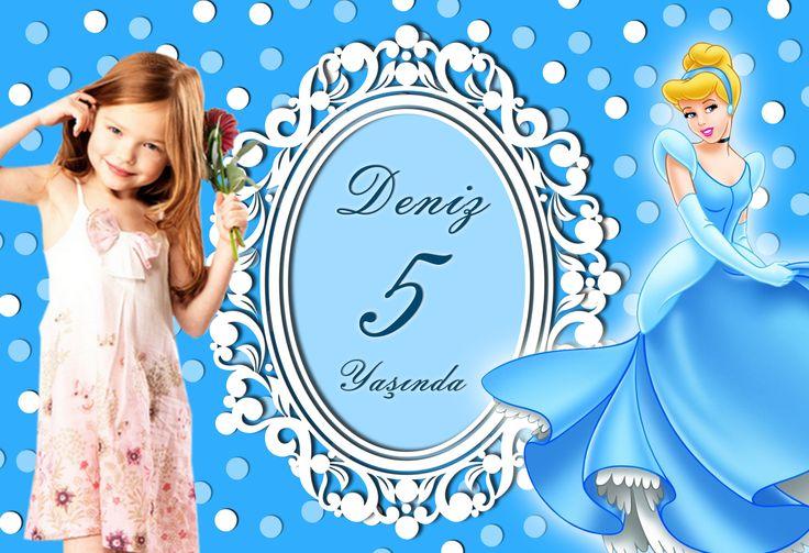 Cinderella Birthday Party SİNDİRELLA KİŞİYE ÖZEL AFİŞ: Sindrella temalı Doğum günü partinize gelen konuklarınızı dikkat çekici afiş ile karşılayabilir, partiye sıcak bir giriş yapabilirsiniz. Paket içerisinde 1 Adet Sindirella Afiş bulunmaktadır. Sindirella Afiş 4 köşesinden çift taraflı bant ile gelmektedir. Ölçüleri: 100cm x 70cm