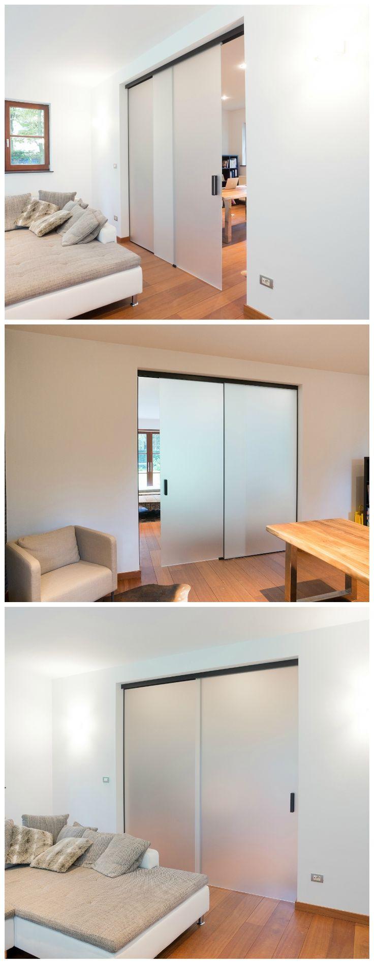Glazen schuifdeur met vast paneel in mat gezuurd glas. Volledig op maat gemaakt door het Belgische merk Anyway Doors. Oplossingen op maat voor de ganse Benelux.