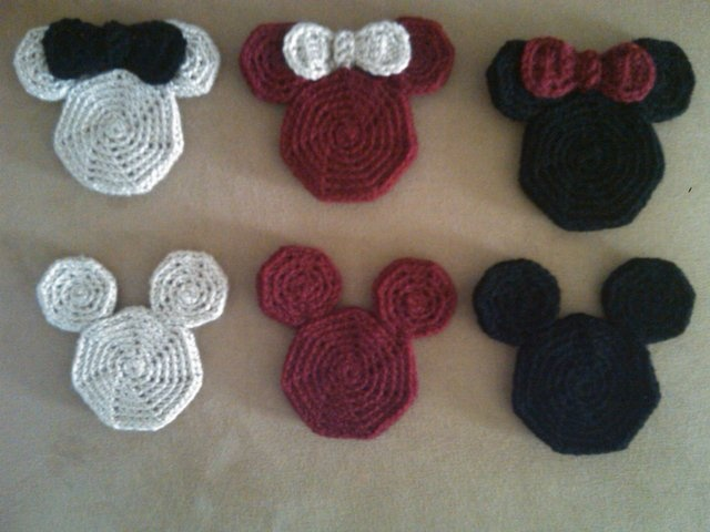 Crochet pattern for vintage Mickey and Minnie coasters.  I'm thinking how cute the would be sewn on a beanie.