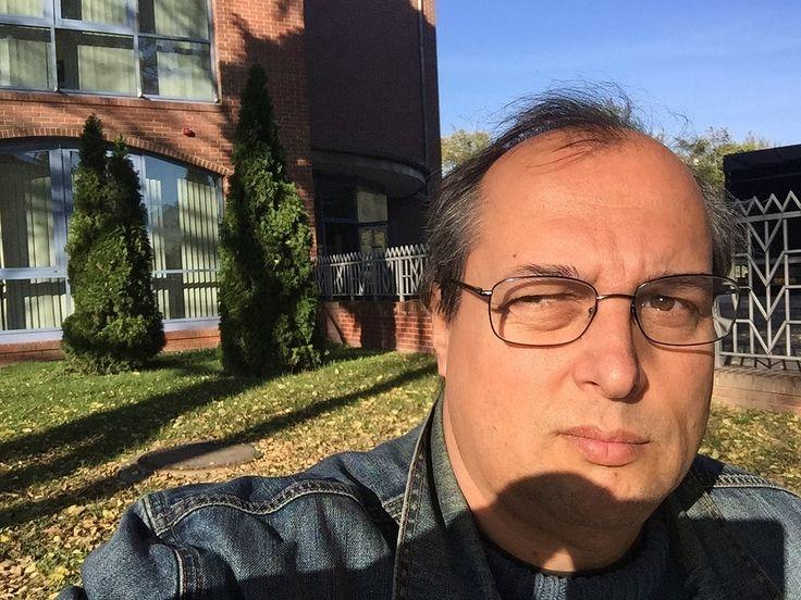 https://flic.kr/p/A6NLcb | American Corner Debrecen - 02 | Ferenczy Gábor a csipős reggeli napisütésben az American Corner Debrecen előtt.