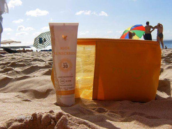 Egyedülálló és hatékony 30-as faktorú napfényszűrő krém, melyet stabilizált aloe vera gélből készítettünk. A Forever Aloe Sunscreen megvédi bőröd a nap UVA és UVB sugarainak káros hatásaival szemben, hatékony napégés elleni védelmet nyújt. Megőrzi a fényvédő faktort 40 perc vízben töltött idő után is. http://360000339313.fbo.foreverliving.com/page/products/all-products/5-skin-care/199/hun/hu Segítsünk? gaboka@flp.com Vedd meg: https://www.flpshop.hu/customers/recommend/load?id=ZmxwXzE1MDQ5