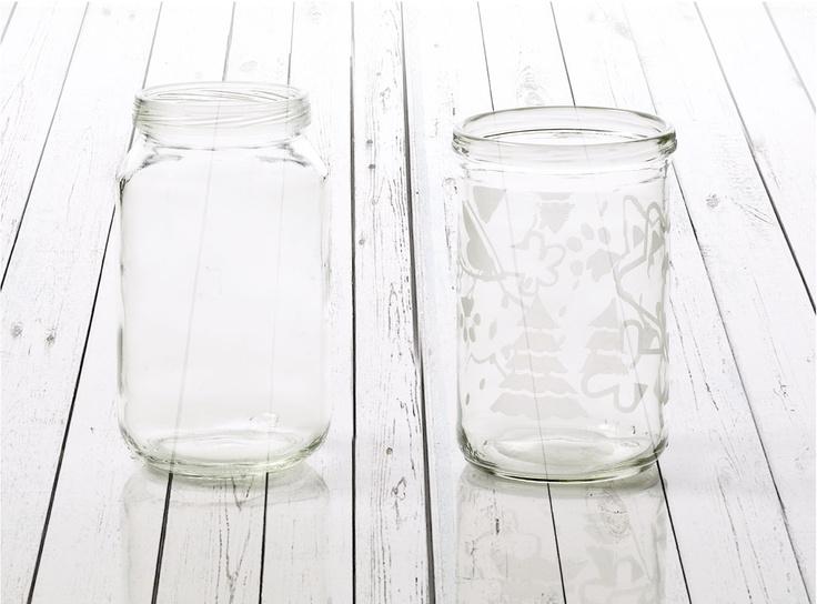 Kerätyt lastenruokapurkit pestään, kuumennetaan ja muotoillaan lasiksi. Kuvio hiekkapuhalletaan lasin pintaan.