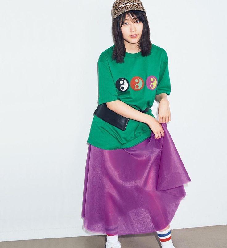 女性ファッション誌『mini』5月号に登場した架純ちゃん . 春号という事で、春のトレンド満開コーデに挑戦✊ . 架純ちゃんは『オーバーサイズのTシャツ、Aラインのスカート...それぞれのアイテム自体は着慣れているけど...』 . 『それが色の組み合わせで、こんなに印象的になるなんて』 . 『そこに、ウエストポーチが新しい』 . 『24歳になったので、大人めカラーのパープルを上手に取り入れたいなと、思っています☺️』と、本誌で答えていますよ . . #有村架純#ファッション#mini#春コーデ#トレンド#tシャツ#スカート#キャップ#キャップ女子#ソックス#オーバーサイズ#aライン#スタイリング#グリーン#パープル#24歳#ポートレート女子#モデル#撮影モデル#被写体#着こなし#素敵女子#大人カラー#大人可愛い#可愛#好可愛#귀여운#可爱#arimurakasumi#kasumiarimura