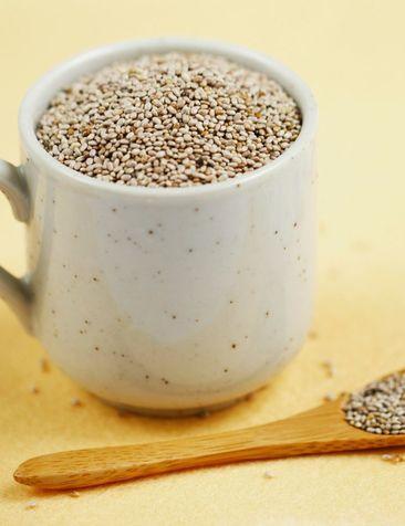 I semi di chia sono molto piccoli (come potete constatare dalle foto) croccanti e dal sapore neutro. Possono quindi, come i semi di lino, zucca o girasole, essere aggiunti a qualsiasi tipo di piatto: dal pollo alle verdure, in insalate, pasta, risotti, orzo, miglio, quinoa, dai sughi al muesli della colazione oppure mangiati per uno snack salutare e nutriente nel corso della giornata. Possono persino essere utilizzati come elemento decorativo, ma nutriente, su crostini e tartine con paté di…