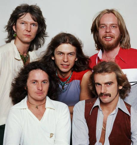 Yes (formación Going for the one, 1977): Chris Squire (superior izqda), Rick Wakeman (superior dcha), Steve Howe (centro), Jon Anderson (inferior izqda), Alan White (inferior dcha)