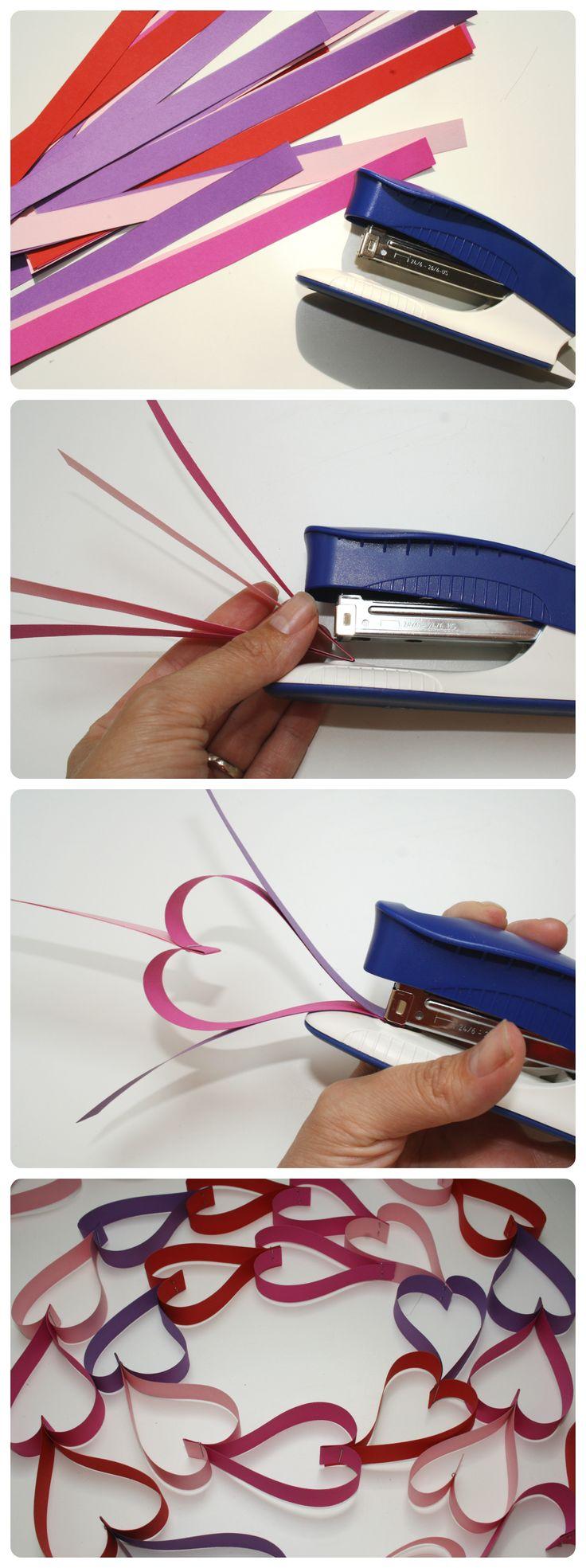 Girlanda, ozdobný řetěz se srdíčky. Snadno vytvoříte z barevného papíru pomocí sešívačky.