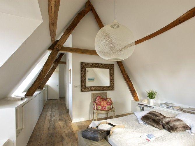 ma chambre idéale : poutres et parquet bruts, rangements astucieux et discets, déco minimaliste... il manque juste  le linge de lit en lin et une toile-photo des enfants à la place du miroir