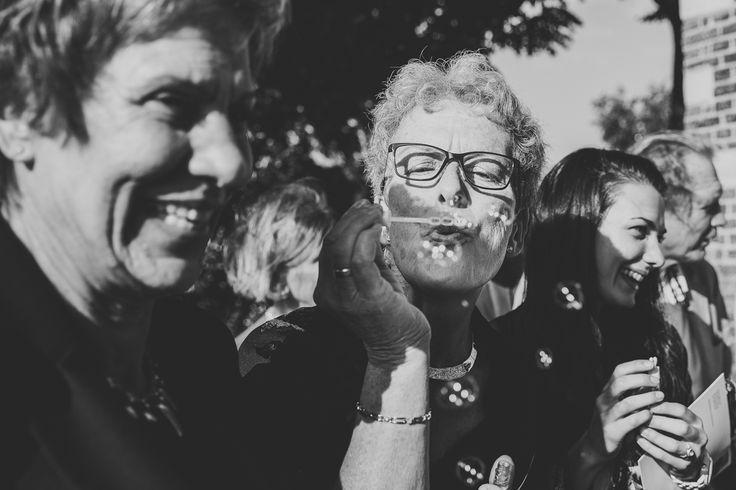 Ik ben graag jullie trouwfotograaf! Made by me / Gemaakt door mij. real wedding photography spontaneous wedding pictures spontane trouwfoto's trouwfotografie bruidsfotografie gasten bellenblaas plezier spontaan guests blowing bubbles zwartwit black and white