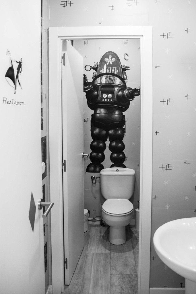 Así de Serie B es nuestro baño.. te puedes quedar dentro unas horas flipando un rato #robby el robot #ForbiddenPlanet #cineserieB #Scifilms #oldschool #Barbershop  http://www.madridoldschool.es/
