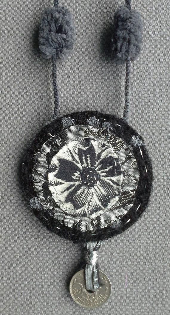 Collier/Médaillon textile. Nuances de gris et argent. par VeronikB