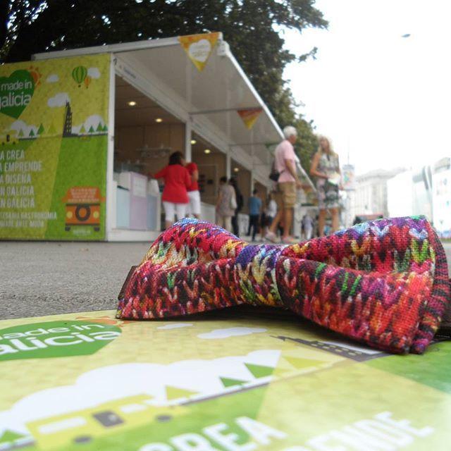 Pajarita imitando calceta de lana multicolor