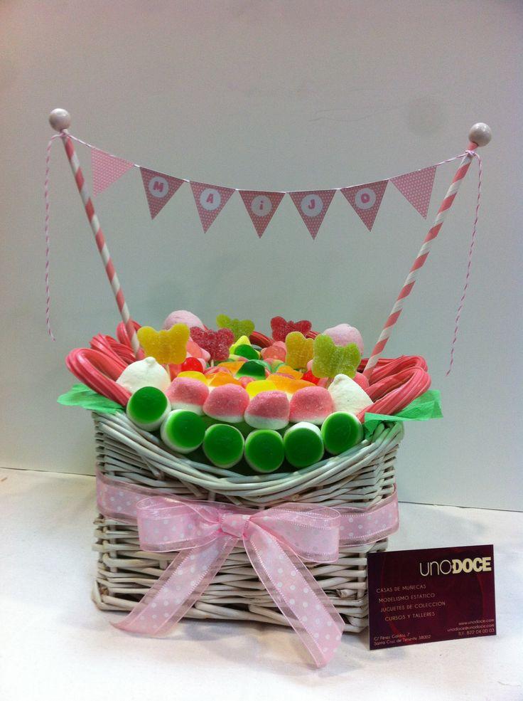 Cesta de golosinas elaborada en UNO:DOCE para un cumpleaños.