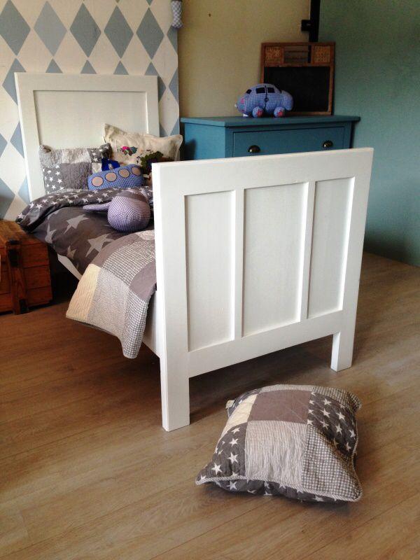 Strak antiek eenpersoons bed, mat wit afgelakt. Voor meer details en onze voorraad antieke bedden kijk op www.olijk nl