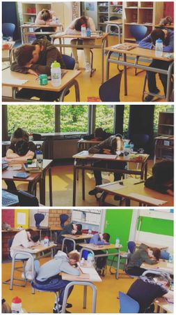 Rustmoment in de klas.nl is uitermate geschikt om in te zetten bij de grote toetsen in groep 7 en 8. Op de foto zie je de oefening 'slapend leren' waarbij de kinderen ontspannen door hun buikademhaling bewust te gebruiken.