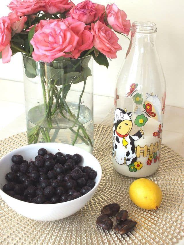 Borůvkové smothie - Recept na antioxidační borůvkové smoothie s citronem  Máte chuť na antioxidační smoothie? Použijeme na něj antioxidační borůvky! Máte ještě vmrazničce loňské borůvky? Pokud ne, vlibovolném obchodě spotravinami pytlík borůvek určitě seženete. Ktomu budeme potřebovat výživné mandlové... - http://moreyouthfulskin.com/cs/boruvkove-smothie/