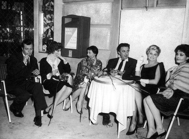 """Marcello Mastroianni, Anouk Aimee, Luise Rainer, Federico Fellini, Anita Ekberg e Yvonne Fourneaux durante una pausa delle riprese del film """"La Dolce Vita"""", a Roma, nel 1959 (AP Photo/Mario Torrisi)"""