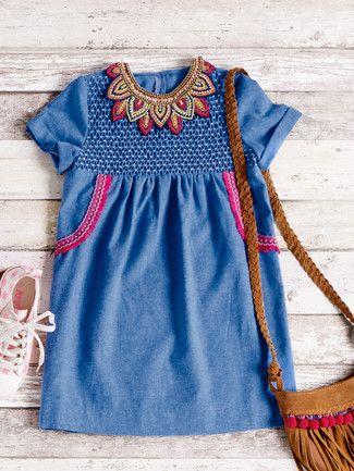 burda style, Schnittmuster für Kinder - Kleid: Der Waffelsmok der Vorderpasse wird hier von einem Perlenkragen gekrönt. Nr. 137 aus 8-2015