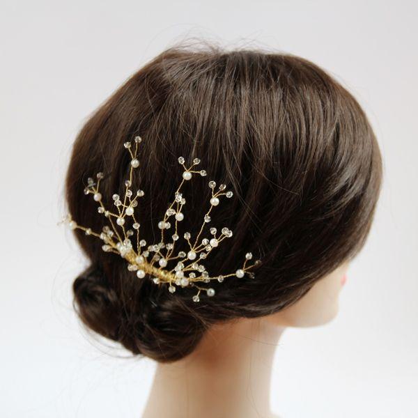 Ręcznie wyplatany grzebyk ślubny do włosów. Kryształki Swarovskiego, drucik jubilerski i perełki w odcieniu ecru. Wspaniały dodatek do sukni ślubnej w stylu empire!  Ozdoba do kupienia w sklepie Madame Allure.