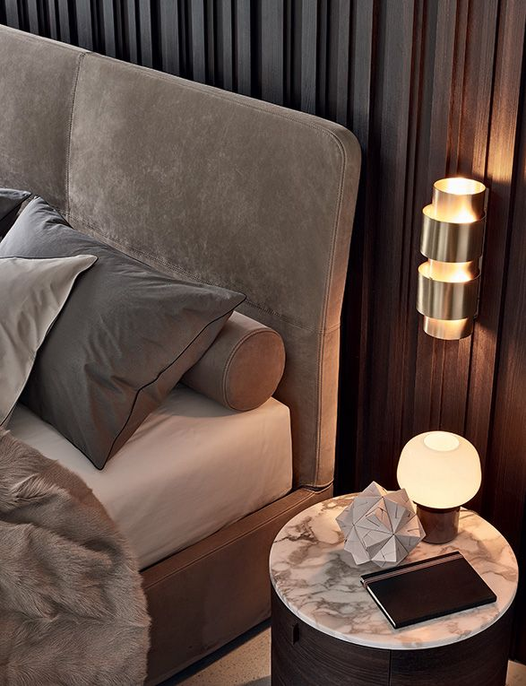 Laze bed, base and headboard with covering in 02 tortora Nabuk removable leather. Bed-set in 01 white, 08 polvere and 06 roccia Provence with black piping stitching style. Onda night table in spessart oak with glossy calacatta oro marble top.