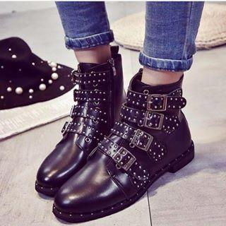 La moda può essere Low Cost!Scopri tantissime idee di come essere sempre al top. Abiti, calzature e accessori da vera fashionista per te a prezzi imbattibili!