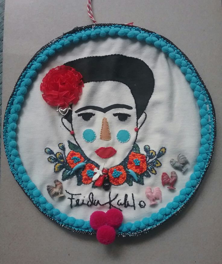 Cuadrito circular de Frida Kahlo pintado y bordado a mano