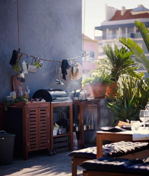 Dachterrasse, u. a. eingerichtet mit braun lasiertem ÄPPLARÖ Schrank für draußen