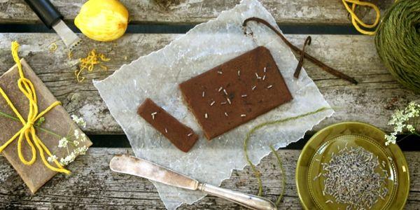 Приготовить плитку черного шоколада своими руками проще простого. У веганов и сыроедов отыщутся рецепты, которые будут полезней традиционных, ведь ингредиенты не проходят никакой температурной обработки, сохраняя все энзимы и полезные вещества. Главное - найти качественное масло какао. А дальше шоко