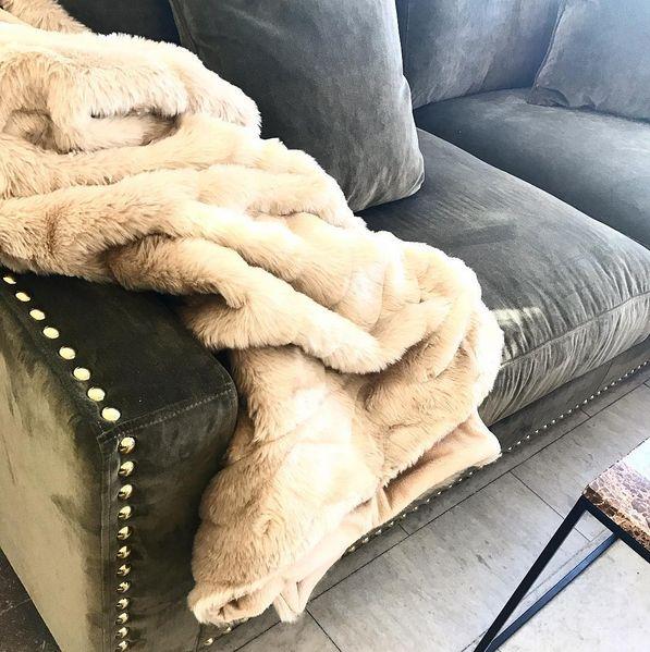 Grön Valen sammetssoffa. Sammet, soffa, nitar, guld, silver, antik, möbler, inredning, pläd, beige, fuskpäls, vardagsrum.