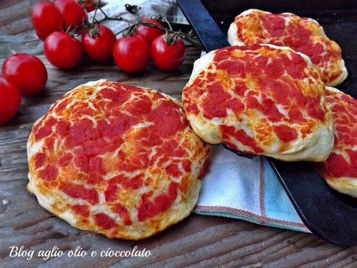 Le pizzette rosse morbide, semplici e molto amate dai bambini sono ottime per la loro merenda ma sono molto apprezzate anche dai ragazzi più grandi