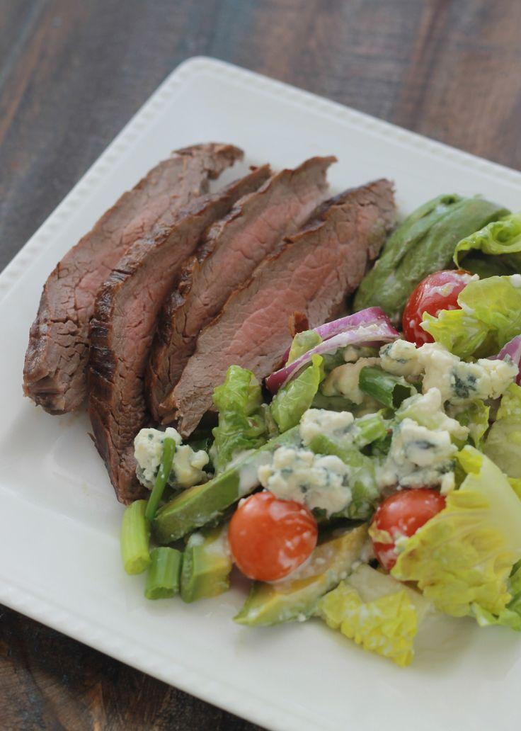 Cette salade de steak grillé et sa sauce au fromage bleu est un régal. Avec du pain complet, vous avez un bon repas facile, rapide, coloré et équilibré./ cuisineculinaire.com