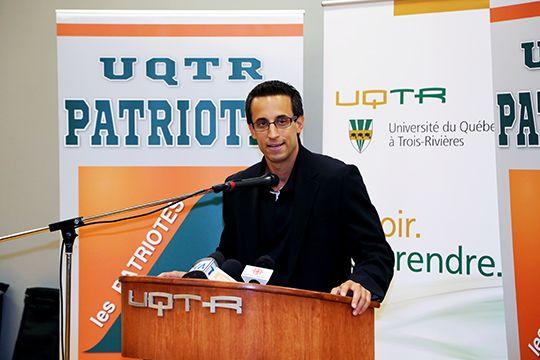 Marc-Étienne Hubert, entraîneur-chef de l'équipe de hockey, les Patriotes de l'UQTR.