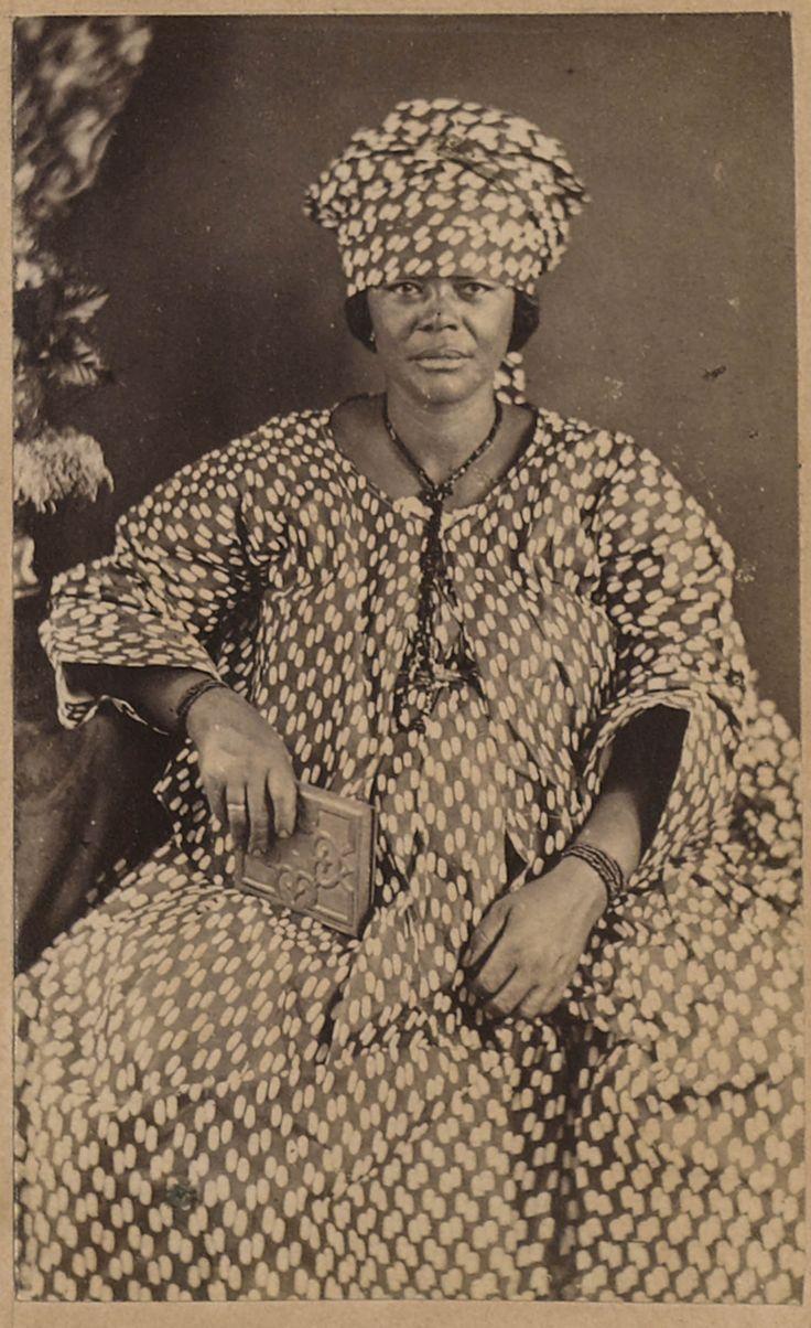 Zittende Surinaams Creoolse vrouw in traditioneel kotomissie
