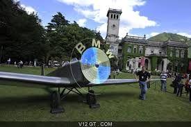 """Avant 1919, BMW construisait des moteurs d'avions. Le traité de Versailles signé cette année là, après la première guerre mondiale (1914-1918), """"leur a coupé les ailes"""". BMW en a gardé leur logo qui représente une hélice d'avion en rotation."""