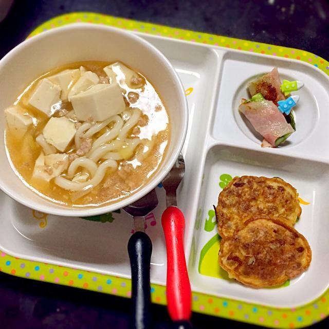 ★麻婆豆腐うどん ★納豆焼き ★アスパラベーコン  麻婆豆腐は取り分け 大人は豆板醤たっぷりとIN  納豆焼きは失敗作◟̽◞̽  ༘* 卵、小麦粉と付属タレと混ぜてフライパンで焼いたもの。私は好きな味!ただの納豆な味!笑 - 8件のもぐもぐ - 子どもごはん by mamekoon