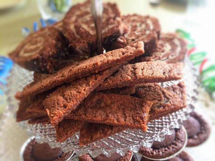 Kolasnittar är en populär småkaka som blivit en klassiker på kakfatet. Här har jag gjort kakan ännu lite godare genom att tillsätta nutella i smeten. Vips så har kolasnittarna förvandlats...
