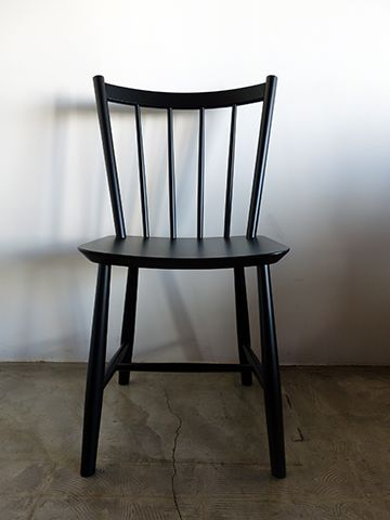 ボーエ・モーエンセン デザインのJ49ダイニングチェア。1944年にコペンハーゲンの生活共同組合(FDB)のためにデザインされた椅子が「J49」です。当時経済的危機にあったデンマークで『手頃な価格で良いデザインを』のコンセプトに基づきどんな家にも取り入れやすい椅子としてJ49は販売されました。清潔感ある無駄のないラインは前後左右どこから見ても美しく、およそ70年の時を経ても色褪せないタイムレスモダンデザインチェアです。デンマークのフレデリシアファニチャー によって2012年から再生産がはじまり高品質ながら買い求めやすい価格で人気を博しましたが昨年で生産をおえています。今回は当店の最終在庫ブラックを1点販売します。42000yen+tax<NO NAME PARISH>