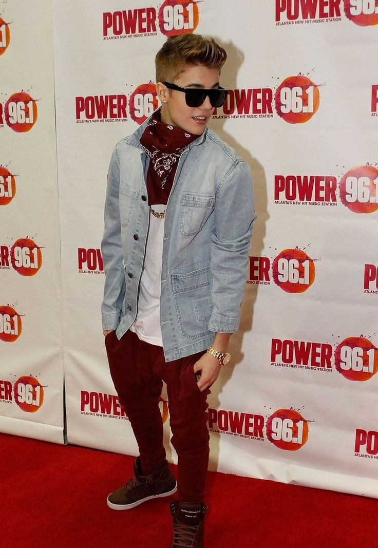 Omb!! That outfit though! So cool! I love his sunglasses! #belieber