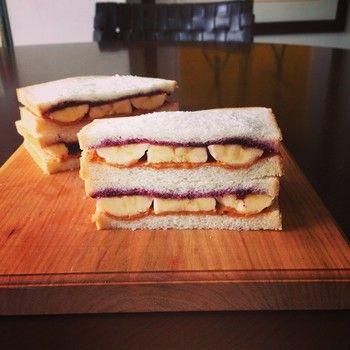 ピーナツバターとブルーベリージャム、バナナを乗せて挟むだけでプレスリーサンドの出来上がり。 アメリカンな朝食にいかがですか? バナナとピーナッツバターは相性抜群!