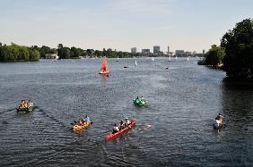 Waldkirch Rainer - Hamburg; Blick von der Krugkoppel-Brücke auf Außenalster mit Sportbooten.