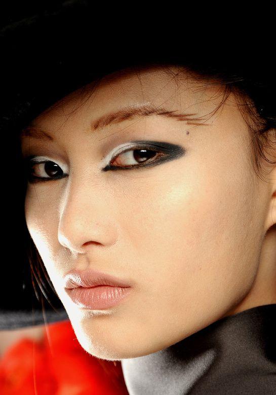 Les sourcils hachurés, chez Giorgio Armani http://www.vogue.fr/beaute/tendance-des-podiums/diaporama/les-tendances-make-up-fortes-de-la-rentree/9305/image/564262#les-sourcils-hachures-chez-giorgio-armani