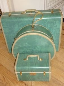 more vintage suitcases...want the whole darn set....see When My Ship Comes In...i'm drooling